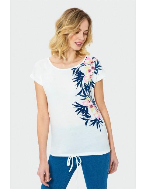 Biały t-shirt damski z kolorowym nadrukiem