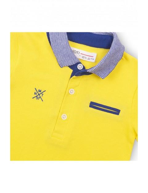 Bawełniany t-shirt chłopięcy z niebieskim kołnierzykiem - żółty