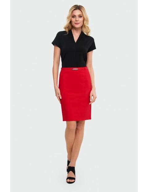 Czerwona ołówkowa spódnica z kieszeniami i ozdobnym paskiem