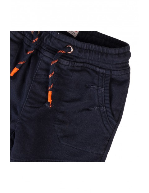 Spodnie chłopięce granatowe z przeszyciami na nogawkach