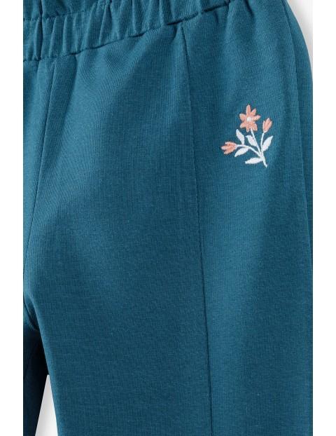 Granatowe spodnie dziewczęce z kwiatkiem