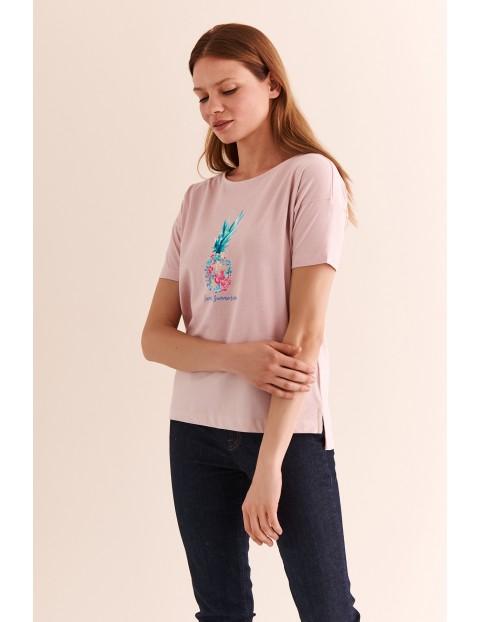 Luźny, damski t-shirt z nadrukiem - różowy