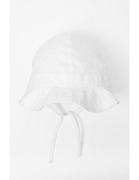 Biała czapka z daszkiem dla niemowlaka wiązana pod szyją
