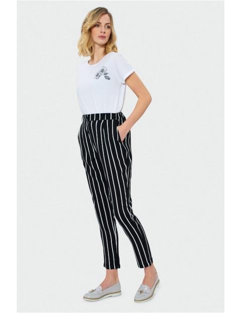 Długie spodnie z zaszewkami i wpuszczane kieszenie