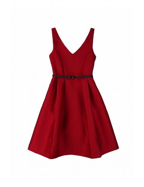 Rozkloszowana sukienka w kolorze czerwonym z czarnym paseczkiem