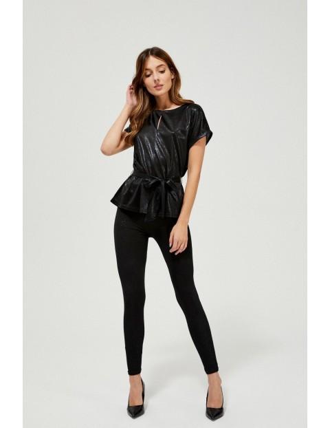 Błyszcząca czarna bluzka damska z dekoracyjnym wiązaniem w talii