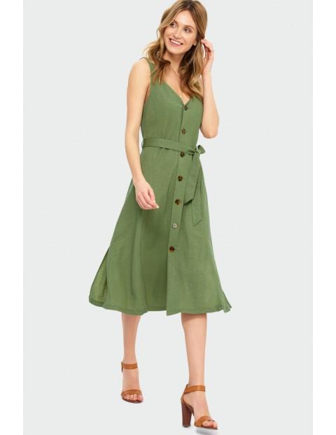 Rozkloszowana oliwkowa sukienka na szerokich ramiączkach