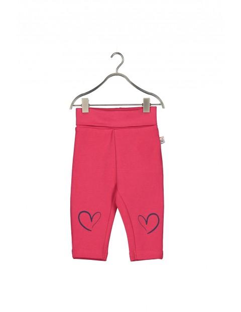Dresowe spodnie dla niemowlaka- czerwone z serduszkami na kolanach