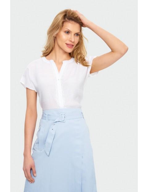 Rozpinana bluzka damska biała z koronkowymi aplikacjami