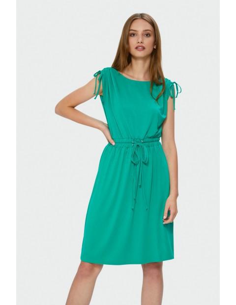 Luźna dzianinowa sukienka odcięta w talii troczkiem- zielona