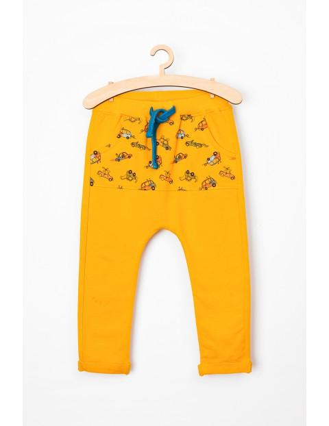 Spodnie niemowlęce dresowe w samochody