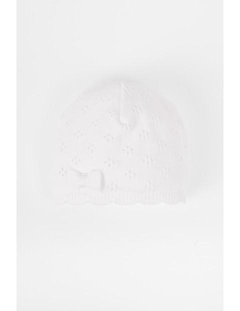 Biała ażurowa czapka dla niemowlaka