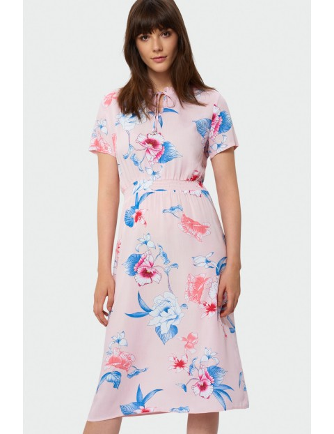 Sukienka w duże kwiaty z krótkim rękawem- różowa
