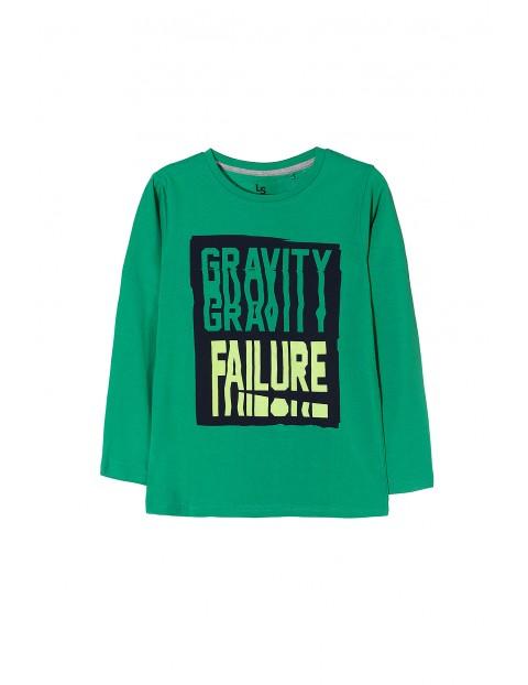 Zielona dzianinowa bluzka dla chłopca z dużymi nadrukami.