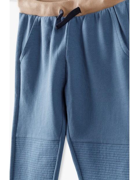 Spodnie dresowe chłopięce niebieskie z przeszyciami na kolanach