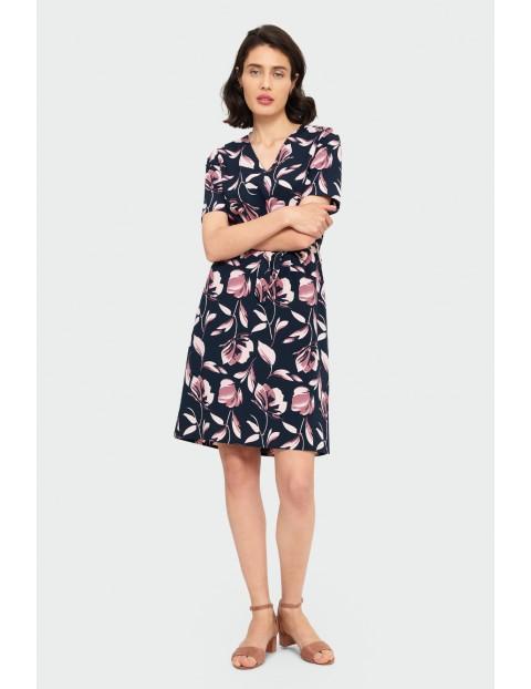 Elegancka sukienka z roślinnym nadrukiem