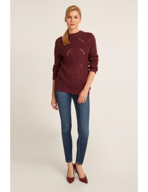 Ażurowy sweter damski w kolorze bordowym o szerokim splocie