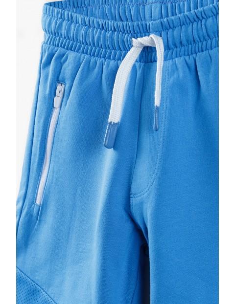 Dzianinowe szorty chłopięce w kolorze niebieskim z kieszeniami