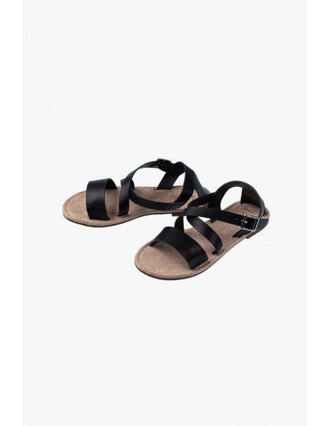 Sandałki dziewczęce z czarnymi paskami