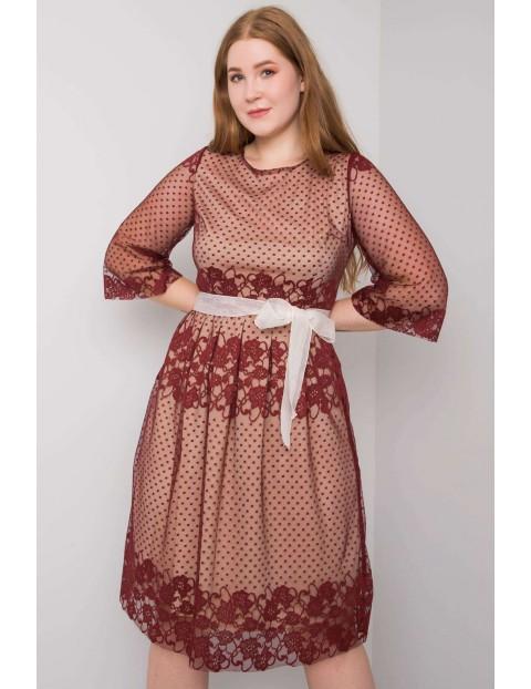 Bordowa sukienka damska plus size z wiązaniem