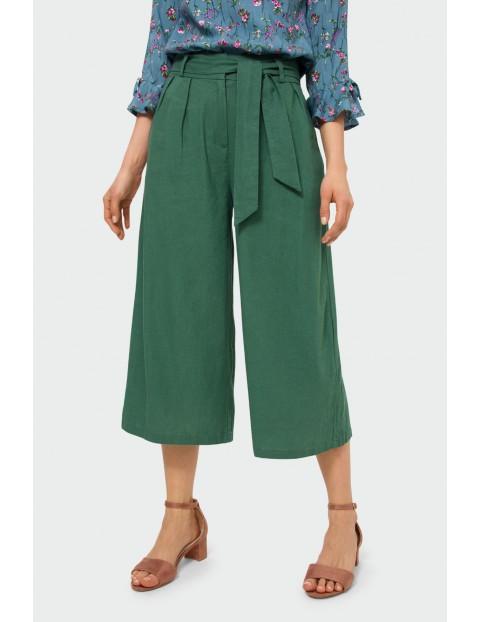 Oliwkowe spodnie typu kulot do połowy łydki, z paskiem