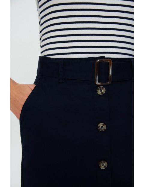 Granatowa  spódnica ołówkowa z bawełny, z guzikami i paskiem z klamrą