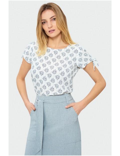 Biała bluzka we wzory z wiązaniem na rękawach