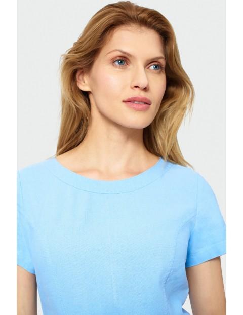 Niebieska sukienka odcięta w talii z naszywanymi kieszeniami