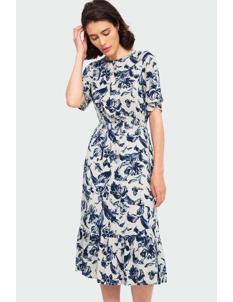 Wiskozowa sukienka z roślinnym nadrukiem z podkreśloną talią