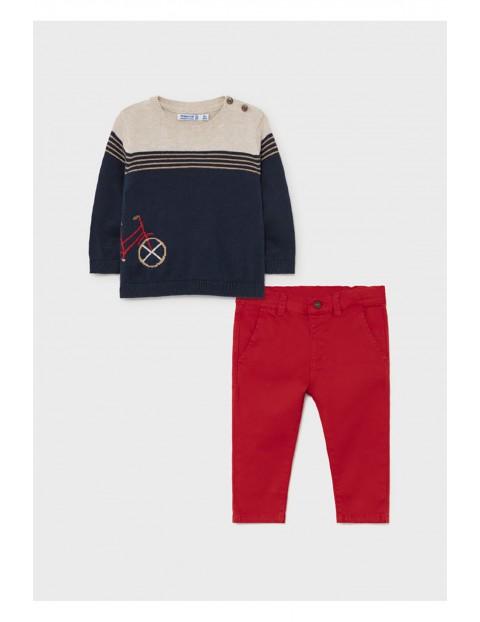 Komplet chłopięcy - sweter z nadrukiem i czerwone spodnie Mayoral