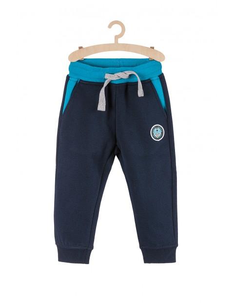 Spodnie chłopięce dresowe- granatowe z niebieskimi wstawkami
