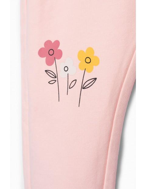 Różowe spodnie dresowe z kwiatkiem i kaczuszką