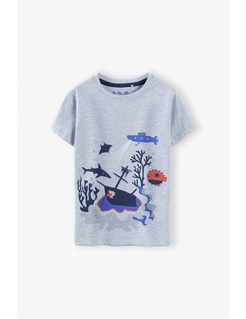 T-shirt chłopięcy w kolorze szarym z nadrukiem