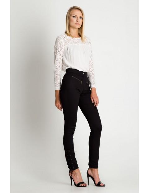 Czarne spodnie damskie z ozdobnymi zapięciami