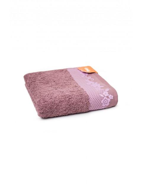 Bawełniany ręcznik w kolorze fioletowym z ozdobnym wzorkiem 50x90 cm