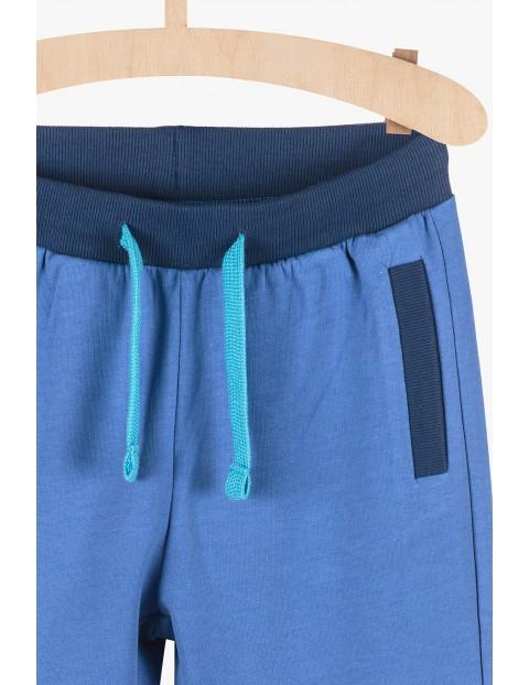Niebieskie spodnie dresowe z granatowymi wstawkami
