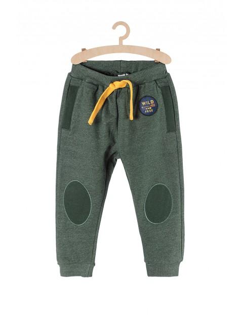 Dresowe spodnie dla chłopca-zielone z naszywkami