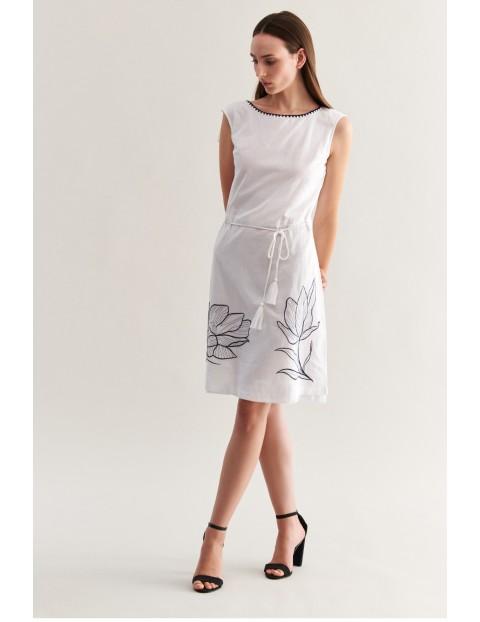 Sukienka na lato- biała z kwiatami