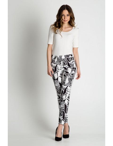 Spodnie damskie w biało - czarne wzory - 7/8 nogawka