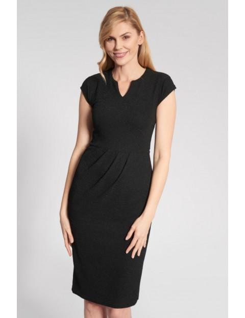 Dopasowana błyszcząca sukienka z taliowaniem w pasie - czarna
