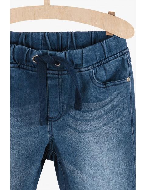 Jeansowe spodnie dla chłopca- niebieskie z przetarciami