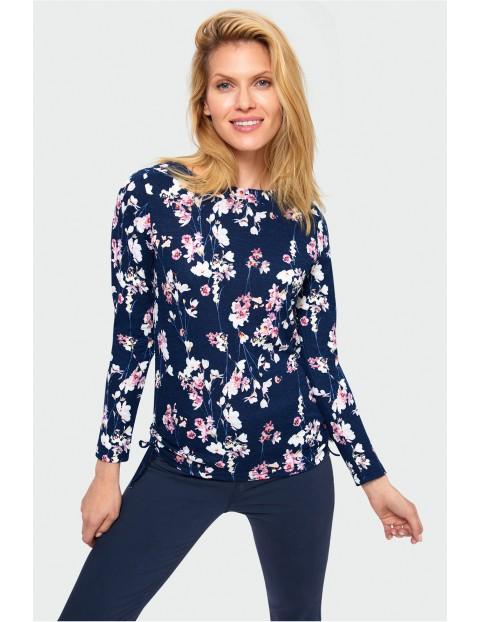 Granatowy sweter damski w kolorowe kwiaty
