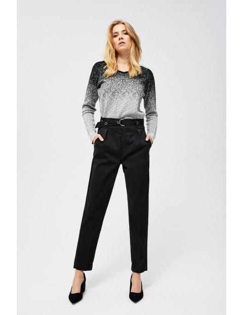 Czarne spodnie na kant z paskiem