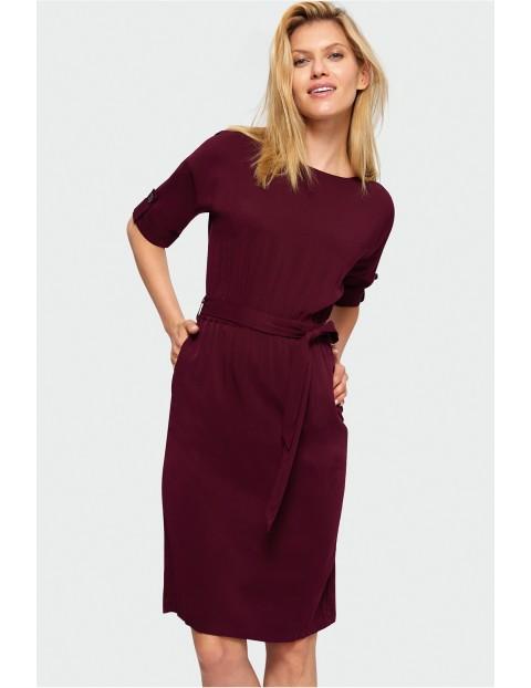 Bordowa sukienka z wywijanym rękawem