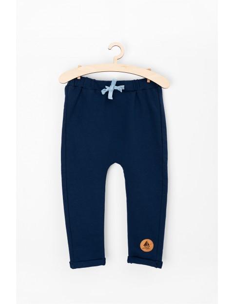 Granatowe spodnie dresowe dla niemowlaka
