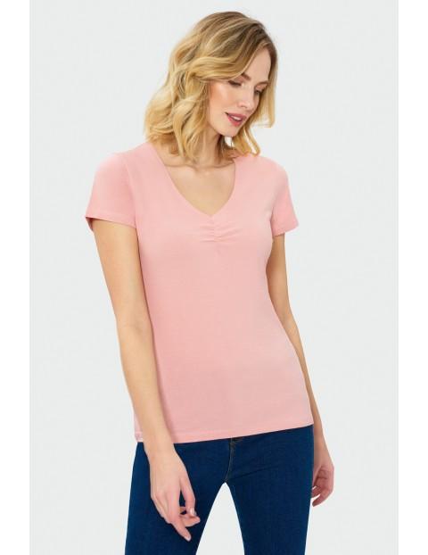 Jasnoróżowy t-shirt damski z dekoltem w serek
