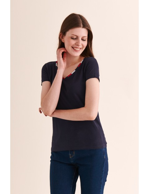 Granatowy t-shirt z kolorową lamówką