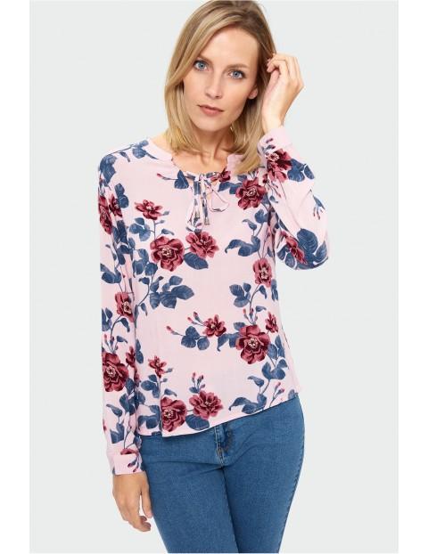 Różowa bluzka w kwiaty- ubrania dla kobiet