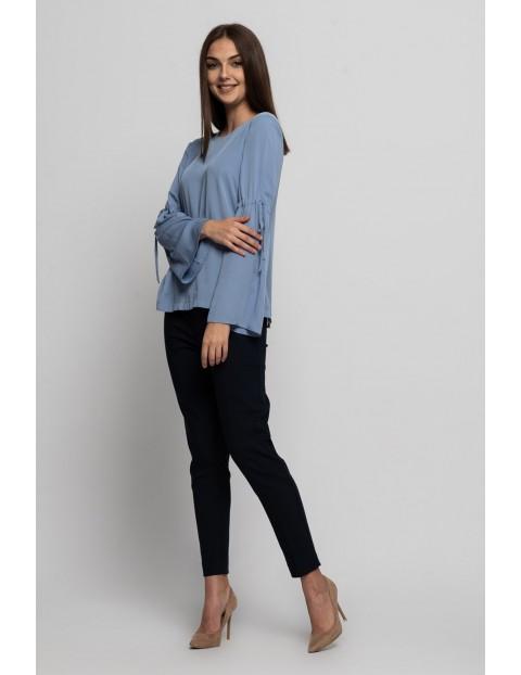 Niebieska bluzka damska z ozdobnymi rękawami