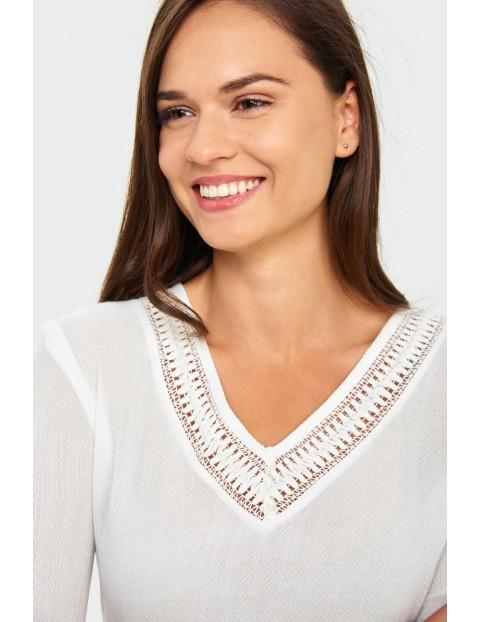 Biały T-Shirt damski na krótki rękaw z ozdobną wstawką przy dekolcie